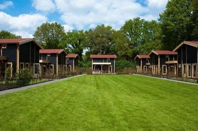 luxe vakantiehuis met jacuzzi buiten in de tuin